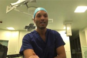 Dario Rochira chirurgo plastico in sala operatoria